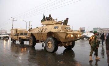 Foto: Kaujinieki slapji sniegotajā Kabulā uzbrūk bataljona bāzei