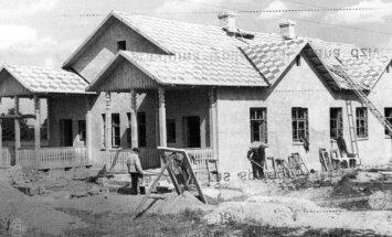 Arhīva foto: Kā savulaik būvēja mājas un ievēroja tradīcijas