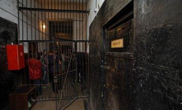 Ārvalstu filmētāji pavada dienu ieslodzījumā Karostas cietumā