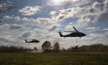 Drošības stiprināšanai ASV uz Latviju nogādās piecus helikopterus 'Blackhawk'