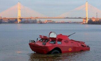 Foto: Sanktpēterburgā darbu uzsāk rozā taksis-bruņutransportieris