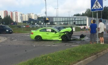 Foto: Viļņā notikusi BMW un 'Volvo' sadursme; trīs cietušie