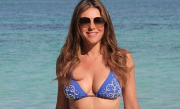 Foto: 51 gadu vecā Elizabete Hērlija pozē bikini