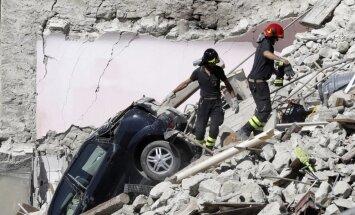 Zemestrīcē sagrautā Itālijas pilsēta sūdz tiesā 'Charlie Hebdo' par bojāgājušos aizskarošu karikatūru