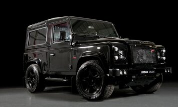 'Land Rover Defender' ar 'Corvette' motoru