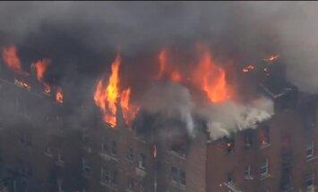 Video: ASV daudzdzīvokļu ēkā izceļas plašs ugunsgrēks