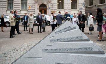 Foto: Atklāj atjaunoto barikāžu piemiņas zīmi