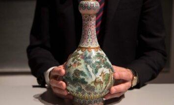 Kurpju kastē nejauši atrastu ķīniešu vāzi pārdod par 16 miljoniem eiro