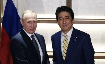 """Премьер Японии призвал Путина """"поставить точку"""" и заключить мирный договор"""