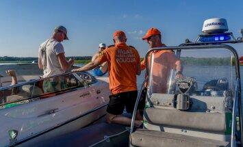 Foto: Ūdens policija Rīgā uzmana sakarsušos laivotājus