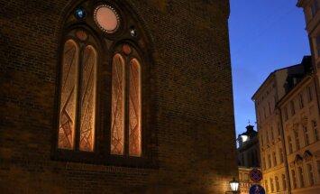 Foto: Atklāj barikādēm veltīto Rīgas Doma vitrāžu 'Ar degsmi par brīvu Latviju'