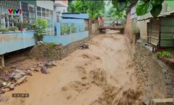Video: Mutuļojoši plūdu ūdeņi Vjetnamā rada nopietnus postījumus