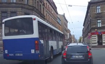 ВИДЕО: Автобус мчится по встречной полосе и подрезает легковушку