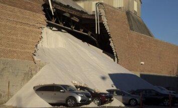 Foto: Čikāgā vairākas tonnas sāls aprok astoņas automašīnas