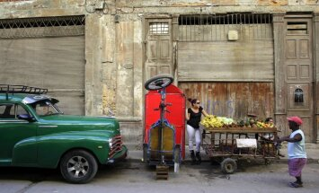 Kastro aicina ātrāk pilnībā atcelt tirdzniecības embargo