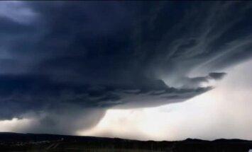Video: Kā biedējošs negaiss pārņem ASV pilsētiņu
