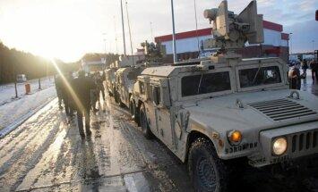 Polijā avarē ASV armijas kravas auto; no tā izkrīt tanku munīcija