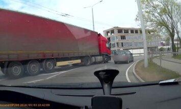 ВИДЕО: Фура протащила учебную машину по улице Мукусалас. Кто виноват?