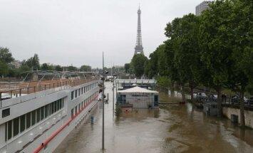 Foto: Francijā plūdu dēļ slēdz Luvras muzeju; steidz glābt mākslas vērtības