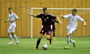 Foto: Latvijas jauniešu futbola izlase aizvada divpusējo treniņspēli