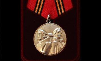'Eirāzijas tautas fronte' rada ordeni latviešu strēlniekiem; Kažociņš norāda uz hibrīdkaru