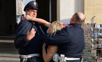Foto: Kailās 'Femen' protestētājas tikušas līdz Vatikānam