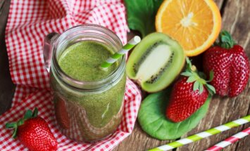 Kāpēc uzturā jālieto zaļumi? Veselīgas un vienkāršas zaļo kokteiļu receptes