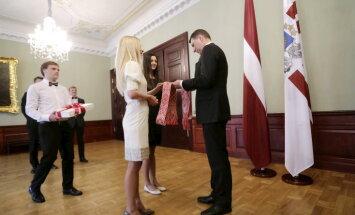 Вейонису вручили народный пояс с пожеланиями добра от латвийцев