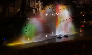 Krāšņi foto: 'Staro Rīga' izgaismotie objekti cauri gadiem aculiecinieka acīm