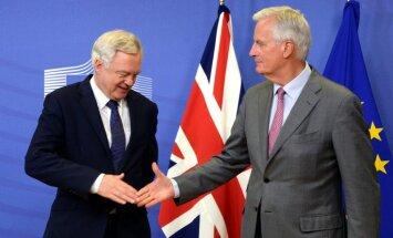 Beidzot sākas 'Brexit' sarunas; briti turpina plūkties savā starpā