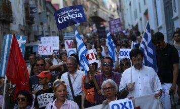 Foto: Portugālē demonstranti aicina grieķus balsot 'pret'