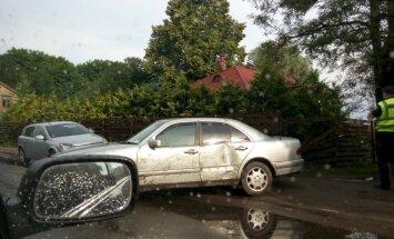 Foto: Bauskas ielā 'Mercedes-Benz' ienesas sētā