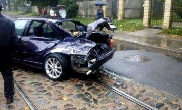 Foto: Pārdaugavā 'BMW' ietriecas tramvajā
