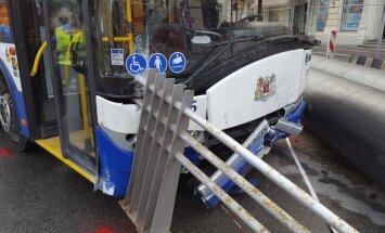 Foto: Trolejbuss Brīvības ielā ietriecas astoņās automašīnās