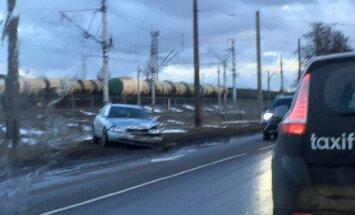 Lokomotīves ielā Rīgā avarē trīs automašīnas; viens cietušais