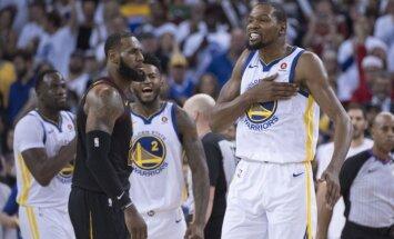 'Warriors' uzvar 'Cavaliers' sezonas pirmajā NBA labāko komandu duelī