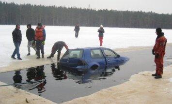 Foto: No Driškina ezera izvelk nogrimušu 'VW Golf'