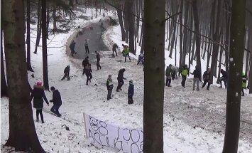 Video: Lai būtu vairāk avāriju, Čehijā rallija fani uz trases met sniegu