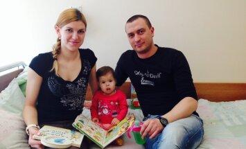 Mazā Monika atgriezusies no ārvalstīm; vecāki lūdz albumīna nodrošināšanu