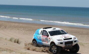 Video: 'OSCar' automašīnas Dakaras rallijreida otrā posma kāpās