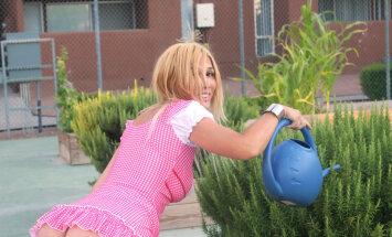 Foto: Krievu zvaigzne Nadja tēlo draisku dārzniecīti