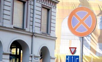 250 pārkāpumi neko nemaksā: ārzemniekiem sodi par parkošanos iet secen