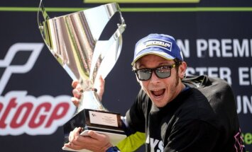 Foto: Rosi uzvar 'MotoGP' posmā Katalonijā