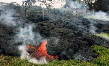 Foto: Lavas straume Havaju salās aprij kapus un tuvojas ciemam
