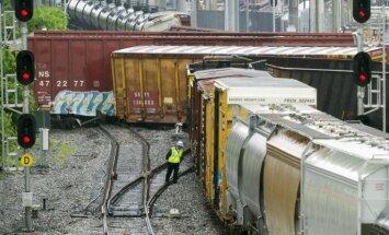 Foto: Vašingtona no sliedēm noskrien vilciens; noplūdušas ķīmiskās vielas