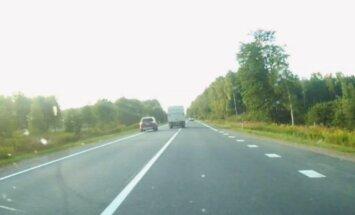 Divu auto cīkstiņš uz ceļa