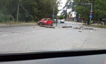 Video: Rīgā auto uztriecas nokritušam kokam