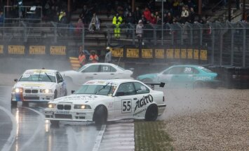 Lietus un sānslīdes 'DeWalt Grand Prix' pirmajā sacensību dienā Biķerniekos