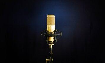 Pasniegs Mūzikas ierakstu gada balvu 'Zelta mikrofons 2013'