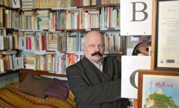 'Pasaulē lielākā ābeču kolekcija' Pļavnieku dzīvoklītī: stāsts par Juri Cibuļu